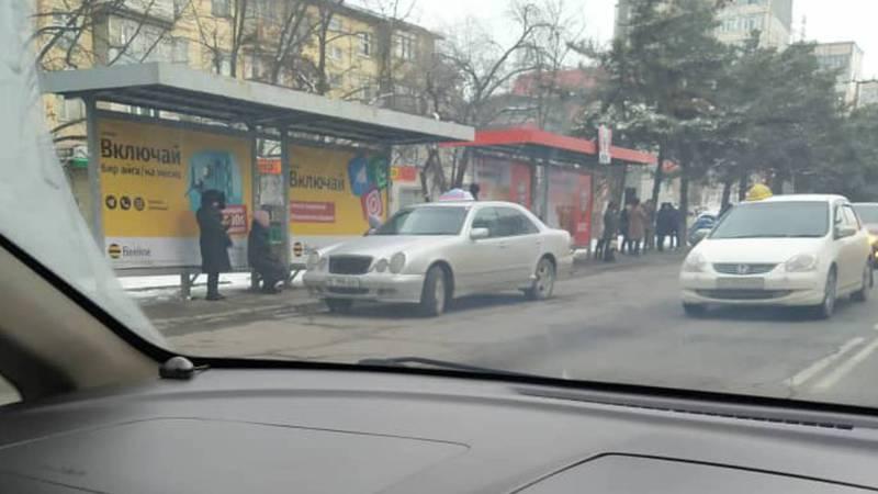 На ул.Юнусалиева такси припарковали на остановке (фото)