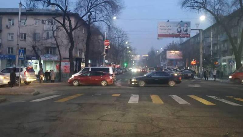 На Киевской-Тоголок Молдо знак закрывает обзор на светофор. Фото