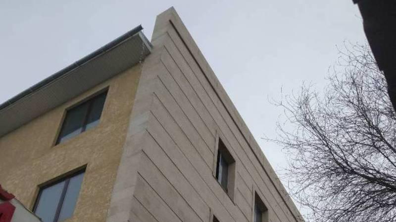 На ул.Бейшеналиевой на головы прохожим льется вода с крыши многоэтажки. Фото