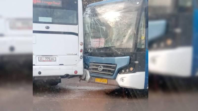 На западе Бишкека столкнулись два автобуса. Фото