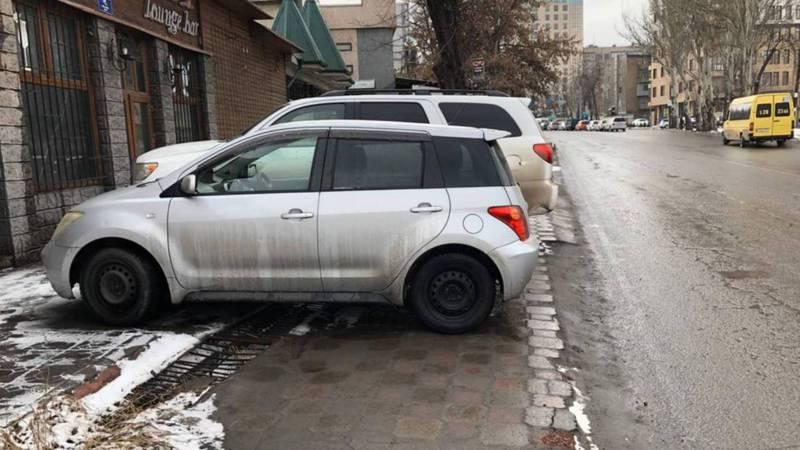 На улице Курманжан Датки автомобили припарковали на тротуаре. Фото