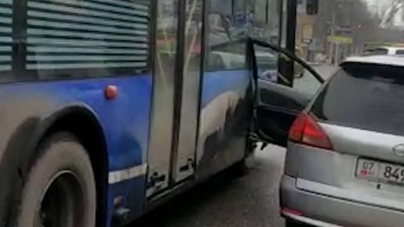 Водитель припарковал «Ниссан» на остановке, автобус задел открытую дверь. Видео