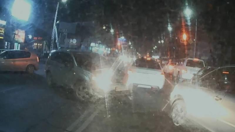 На Байтик Баатыра водитель «Мицубиси» развернулся через двойную сплошную линию. Видео
