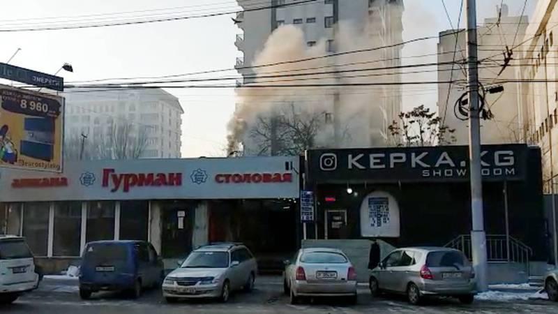 Из трубы столовой «Гурман» валит черный густой дым. Видео