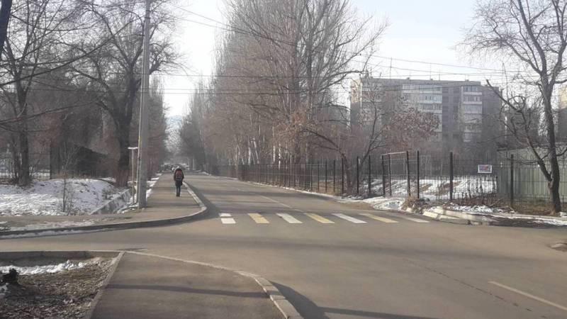 В мкр Аламедин-1 на улице между школами №1 и №38 нет знака пешеходного перехода. Фото