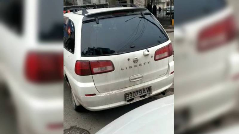 На ул.Ибраимова машины заблокировали въезд во двор. Видео