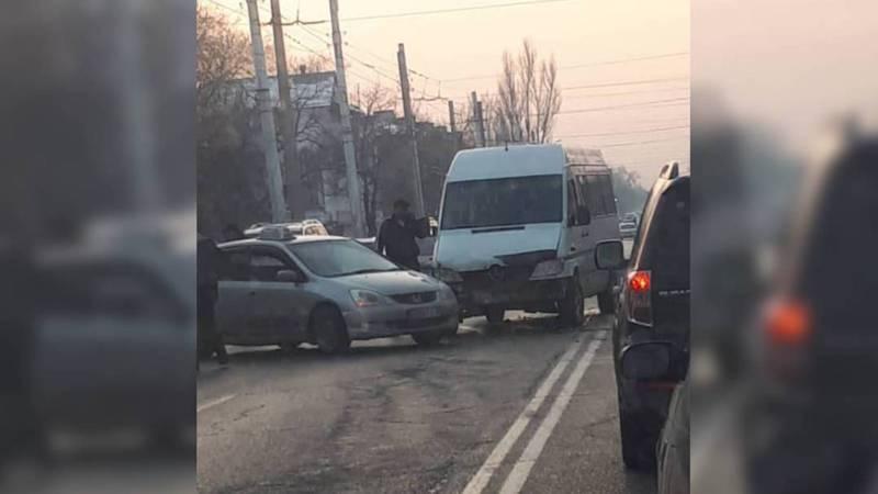 На улице Ахунбаева столкнулись «Спринтер» и легковушка (фото, видео)