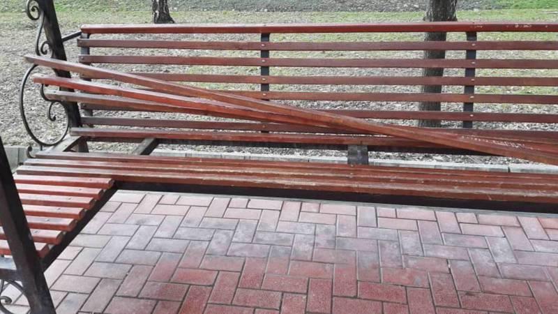 На бульваре Эркиндик вандалы ломают скамейки. Фото