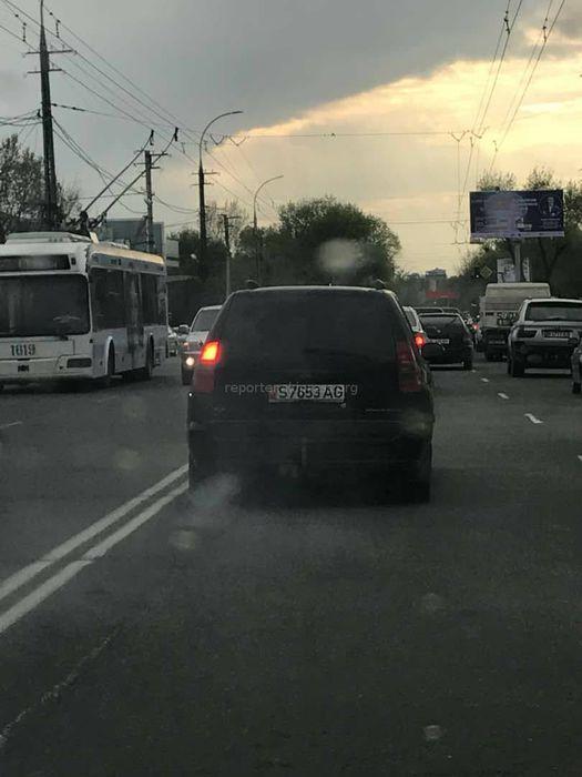 На ул.Ахунбаева машина сильно дымила (фото, видео)