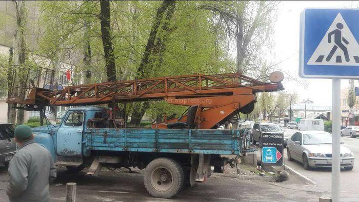 На Суюмбаева-Токтогула грузовик припарковался на перекрестке (фото)