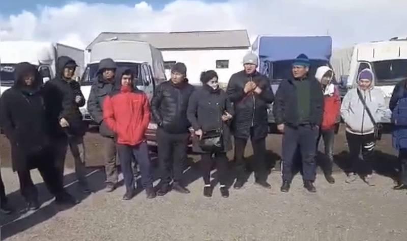 Более 100 кыргызстанцев остаются на границе России и Казахстана. Видео