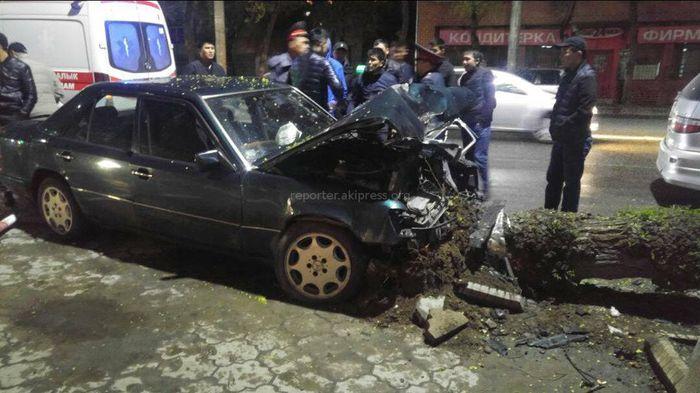 На ул.Байтик Баатыра машина снесла дерево на обочине <i>(фото, видео)</i>