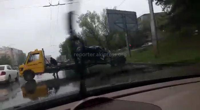 В Бишкеке на Боконбаева-Ибраимова произошло ДТП <i>(видео разбитого авто)</i>