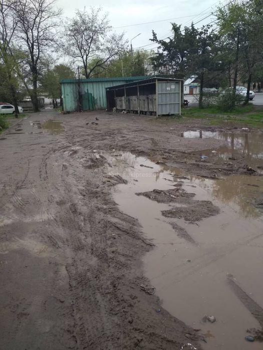 На тротуаре ул.Салиевой в Бишкеке образовались лужи (фото)