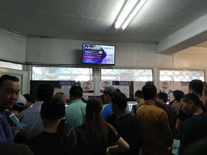 Горожанин просит устранить ряд препятствий в ГУОБДД на ул.Горького в Бишкеке (фото)