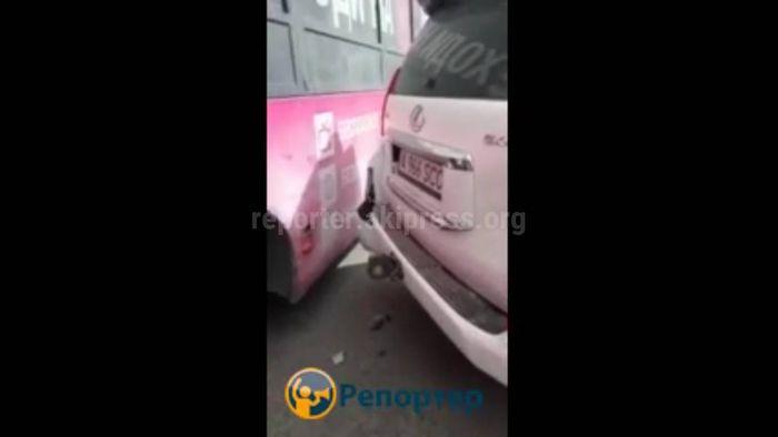 На Ошском рынке cтолкнулись автобус и внедорожник «Тойота Ленд Крузер Прадо» c иностранными номерами (видео)