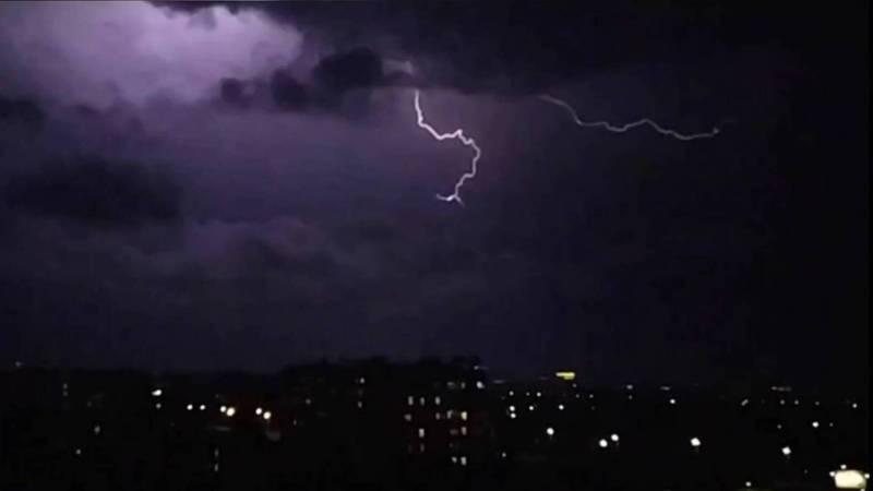 Молнии в небе над Бишкеком глазами горожан. Видео и фото