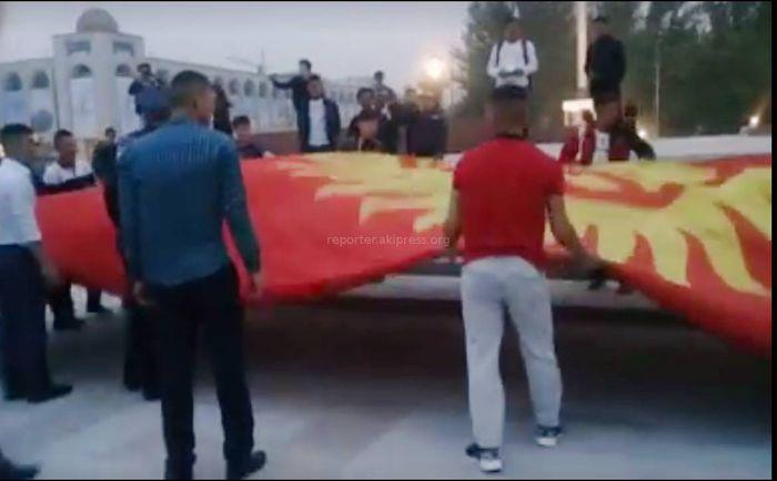 Видео — Кыргызстанцы бережно сложили флаг на площади Ала-Тоо, упавший из-за ветра