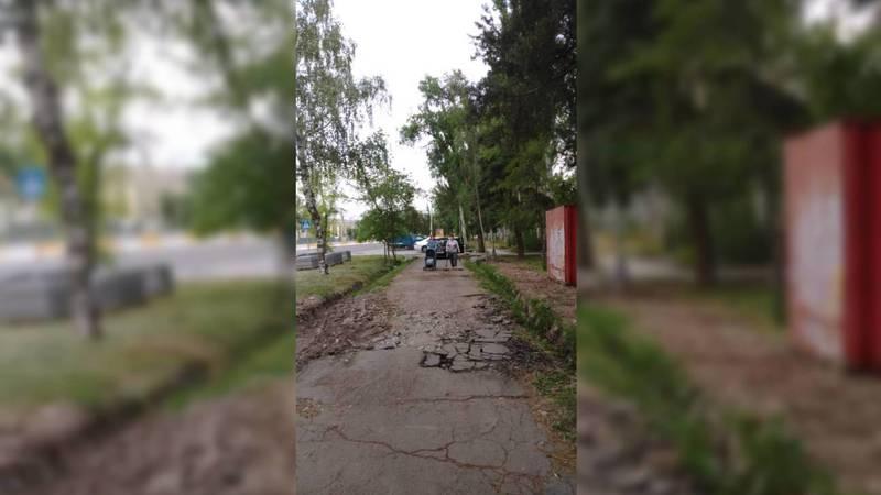 На улице Байтик Баатыра водители паркуют машины на тротуаре. Видео