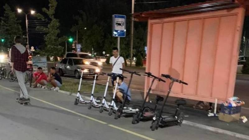 На Южной магистрали арендаторы самокатов и велосипедов заняли всю велодорожку, - очевидец. Фото