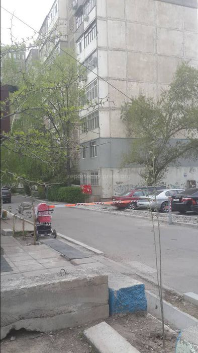 Законно ли установлен шлагбаум во дворе дома в 6 микрорайоне Бишкека?