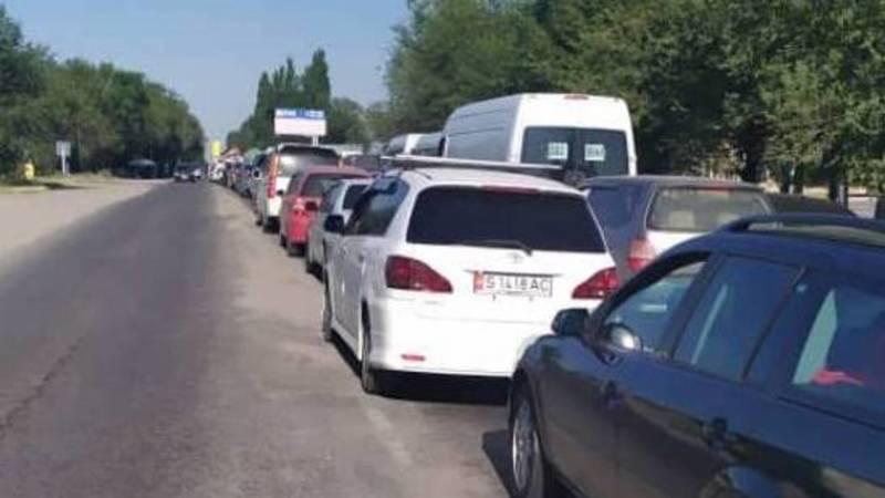 Огромные пробки на въезде в Бишкек. Фото