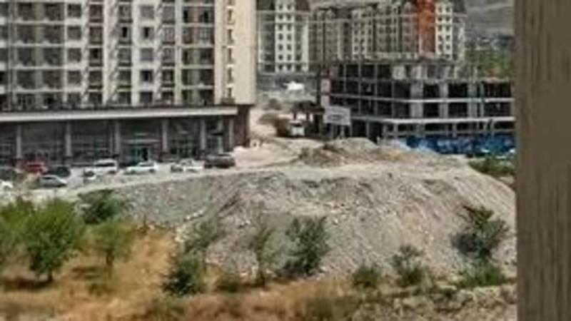 Стройкомпания вываливает грунт на садовый участок вдоль БЧК, - бишкекчанка Асель. Видео