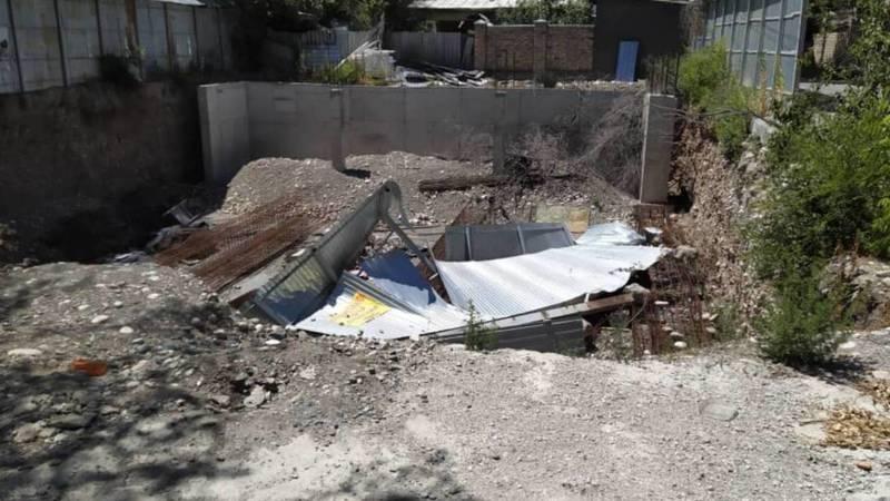 На ул.Коенкозова забор вокруг стройки упал в котлован. Фото очевидца