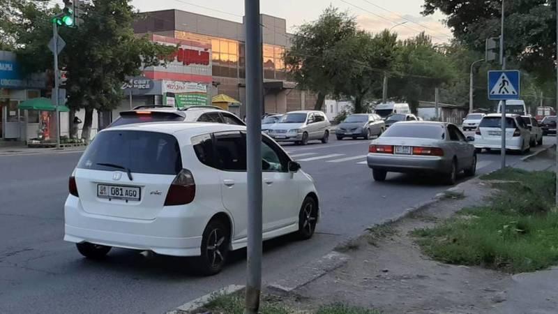 На Льва Толстого-Термечикова постоянно паркуют автомобили в неположенном месте, - очевидец Бакыт. Фото