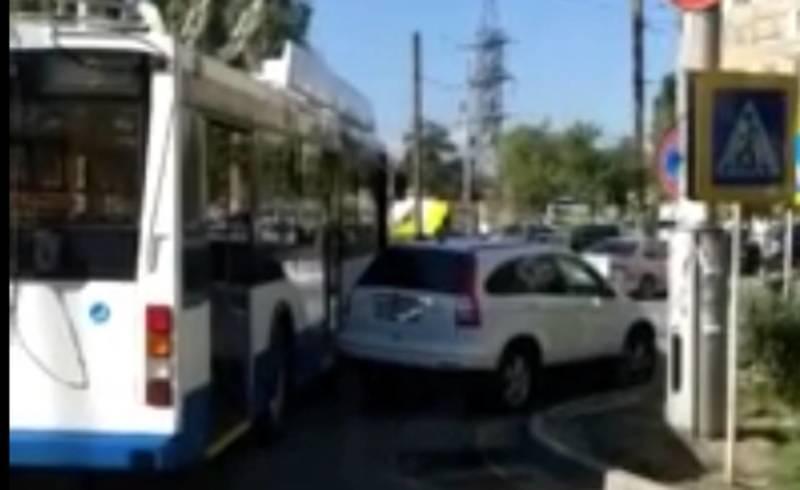 Неправильно припаркованная «Хонда» заблокировала проезд троллейбусам. Видео