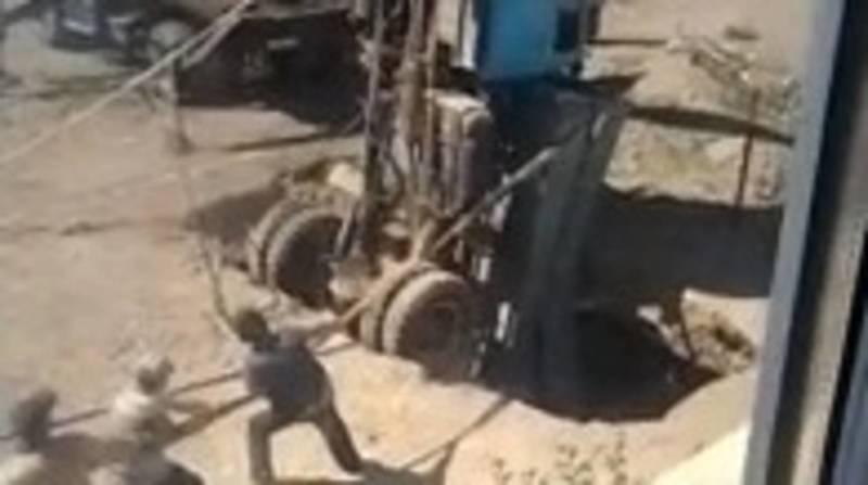В Балыкчы грузовик свалился в канализационную яму. Видео