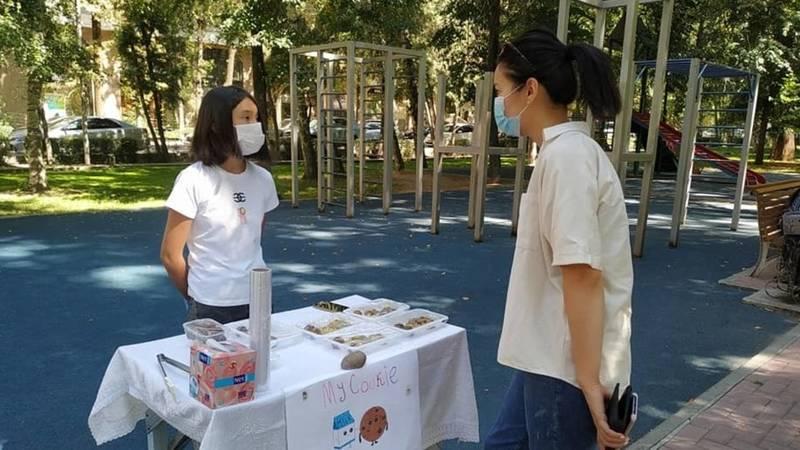 Девочка продает печеньки на бульваре Эркиндик, чтобы помочь больным COVID-19. Фото