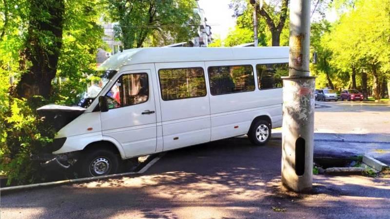 В Бишкеке бус врезался в дерево. Видео и фото
