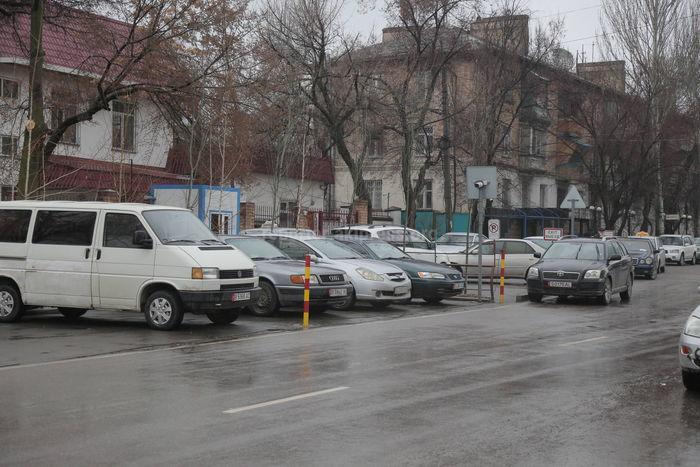 Ограждения для авто на ул.Тыныстанова установлены незаконно, - мэрия Бишкека
