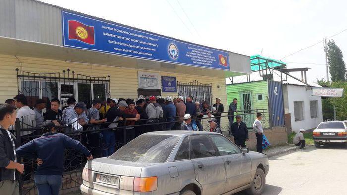 В регистрационном пункте города Кызыл-Кия ажиотаж. Работают всего 2 сотрудника (фото, видео)