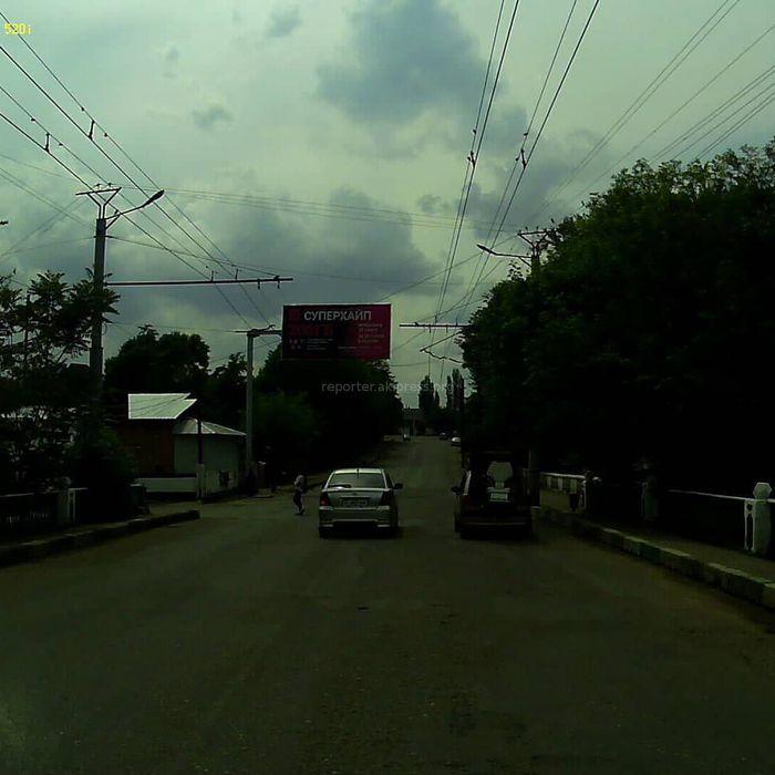 Житель Оша просит наказать водителя Toyota, которая грубо нарушила ПДД на Нурматова-Масалиева (видео)