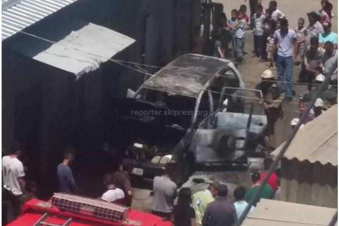 Видео, фото — В центре города Ош сгорела машина