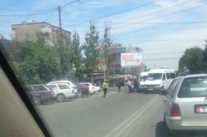 В Бишкеке на Чуй-Суюмбаева столкнулись маршрутка и легковушка <i>(видео)</i>