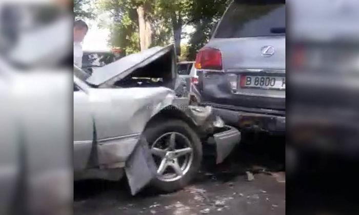 На правительственной трассе «Мерседес» врезался в «Лексус» <i>(фото, видео)</i>