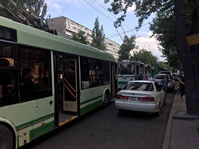 Мэрия Бишкека о застрявших в центре троллейбусах: Произошел обрыв спецчасти контактной сети