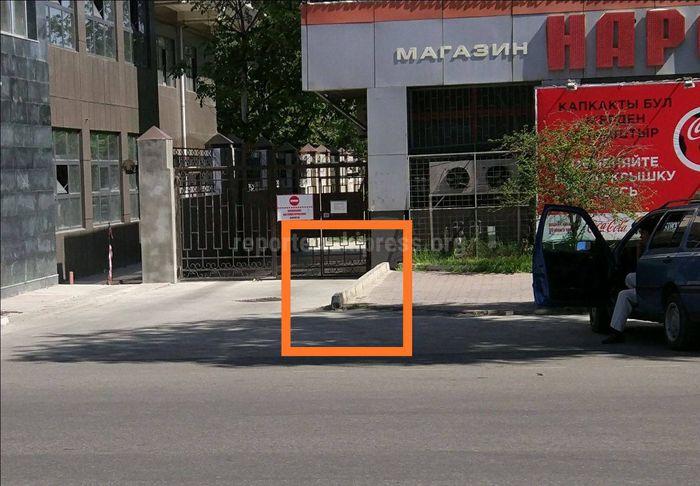 Старые бордюры тротуара по ул.Токтогула еще не убрали, - бишкекчанин (фото)