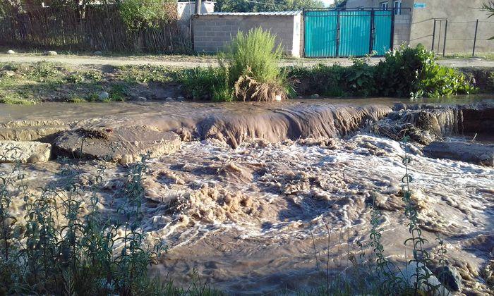 В селе Кызыл-Суу уровень воды в реке поднялся и имеется угроза подтопления домов, - житель Иссык-Куля <i>(фото)</i>