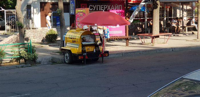 На перекрестке Абдрахманова-Боконбаева на проезжей части продают квас