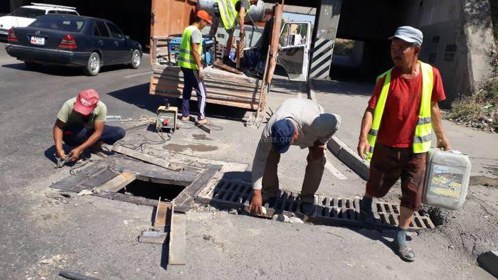 Сотрудники «Бишкекасфальтсервис» отремонтировали ливнеприемные решетки перед мостом на ул.Льва Толстого и Садыгалиева, - мэрия Бишкека
