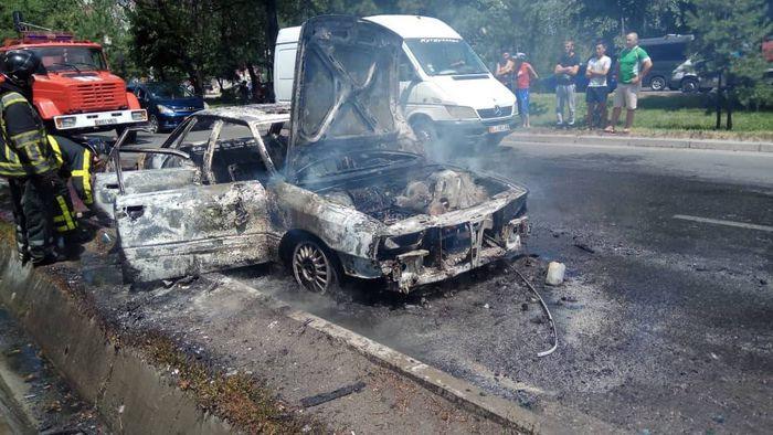 Видео, фото — В Бишкеке сгорела машина