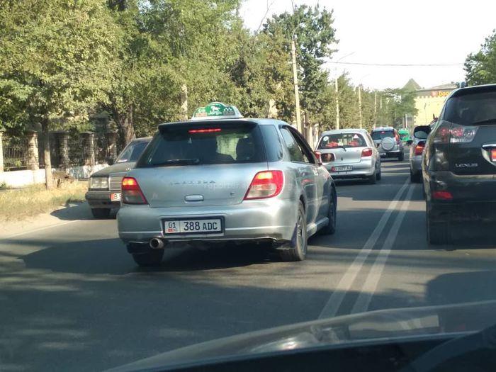 Фото — Водители сознательно выезжали на встречку, - горожанин о нарушении ПДД на ул.Бакаева