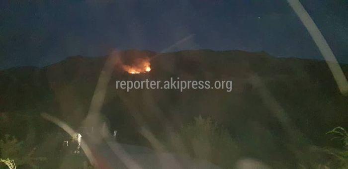 Фото — В горах недалеко от Беш-Кунгея вспыхнул пожар