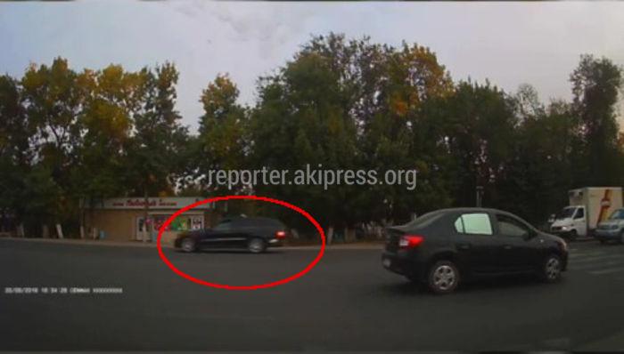 В Лебединовке «Мерседес» чуть не сбил мальчика на «зебре» (видео)