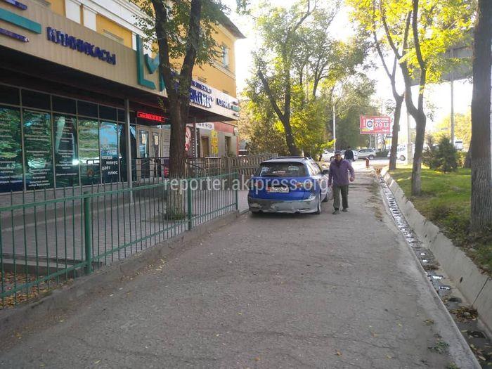 «Мазду» припарковали на тротуаре вдоль правительственной трассы