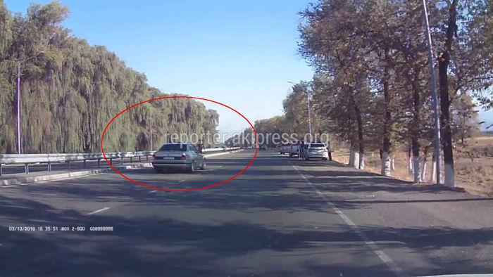 Видео — Машина с «мигалкой», cопровождавшая кортеж, чуть не сбила сотрудника УОБДД